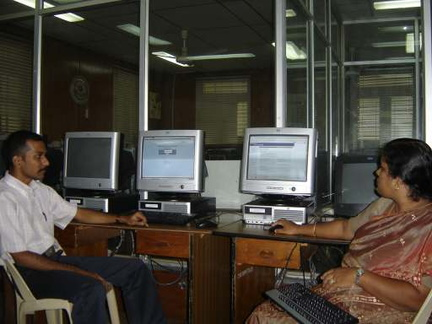 Senthil Kumaran (final CSE, 2005) and Prof. Shalinie (Lecturer, CSE), Lab full of Debian GNU/Linux